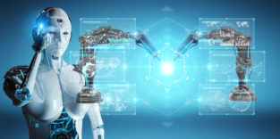 Roboterfrau schaut auf zwei Industrieroboter