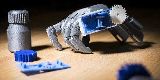 Handprothese mit Zahnrad, das bei Bewegung Impulse an die eingebaute Antenne gibt