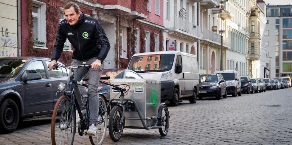 Mobile E-Tankstelle: Im Fahrradanhänger befindet sich ein vollgeladenes Batteriepaket, mit dem das  Berliner Start-up Chargery leergefahrene E-Autos wieder mit Strom versorgt.