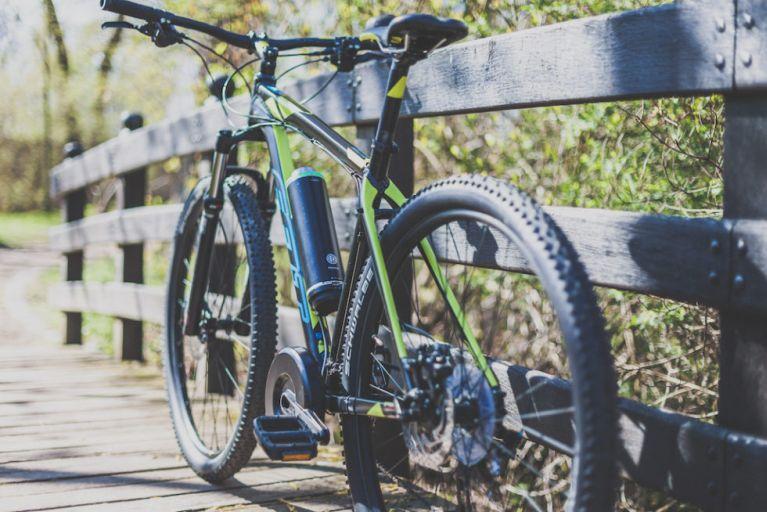 Bike an einem hölzernen Brückengeländer
