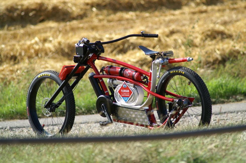 Rotes Bike in der Natur
