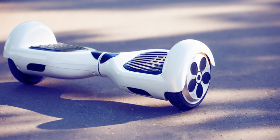 Weißes Hoverboard auf Asphalt