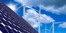 Solarpaneelen vor Windrädern vor blauem Himmel