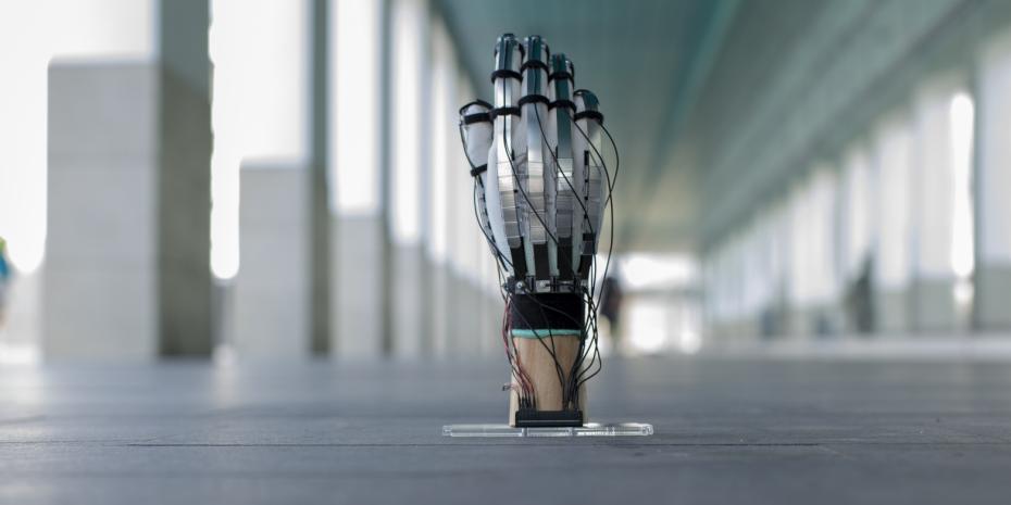 Auf dem Foto ist ein VR-Handschuh zu sehen, der auf dem Boden steht.