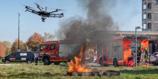 Muticopter fliegt über einem Feuer