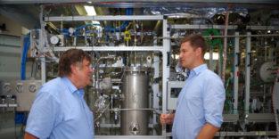Wolfgang Arlt (links) und Daniel Teichmann vor einem Lade-/Entladesystem.