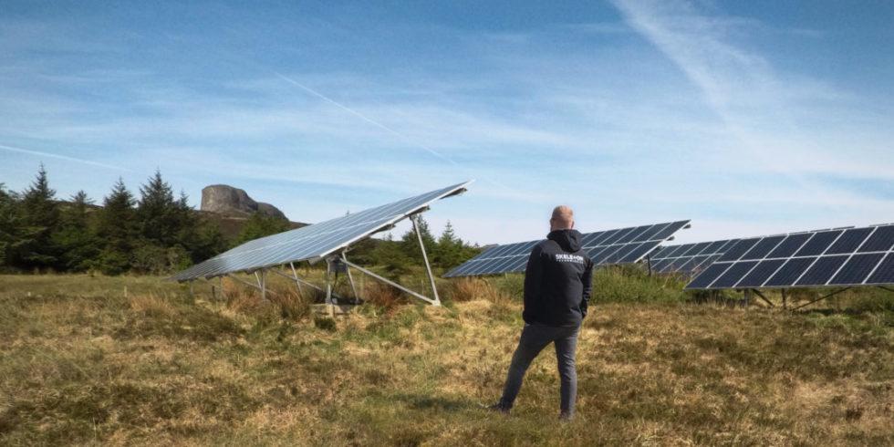 Solarpaneelen auf dem Boden der Insel Eigg