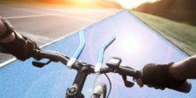 Blick über den Fahrradlenker auf die Solarstraße