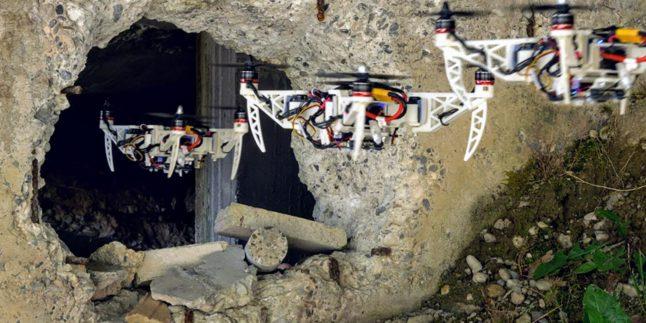 Man sieht mehrere Drohnen, die durch ein Mauerloch fliegen.