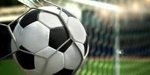Fußball hängt im Netz eines Tores