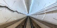 Hell ausgeleuchteter Tunnel mit Schienen