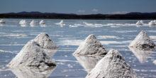 Salzberge türmen sich auf dem Salzsee in Bolivien