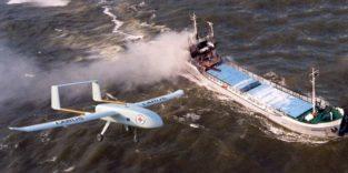 Drohne fliegt über ein Schiff auf See