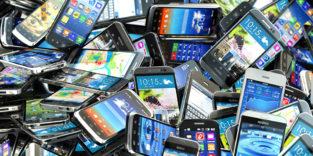 Auf dem Foto ist ein Berg von Smartphones zu sehen