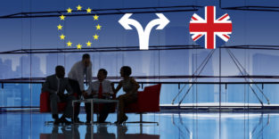 Menschen an einem Tisch, darüber Symbole der EU und Großbritanniens und zwei Pfeile in jeweils eine Richtung