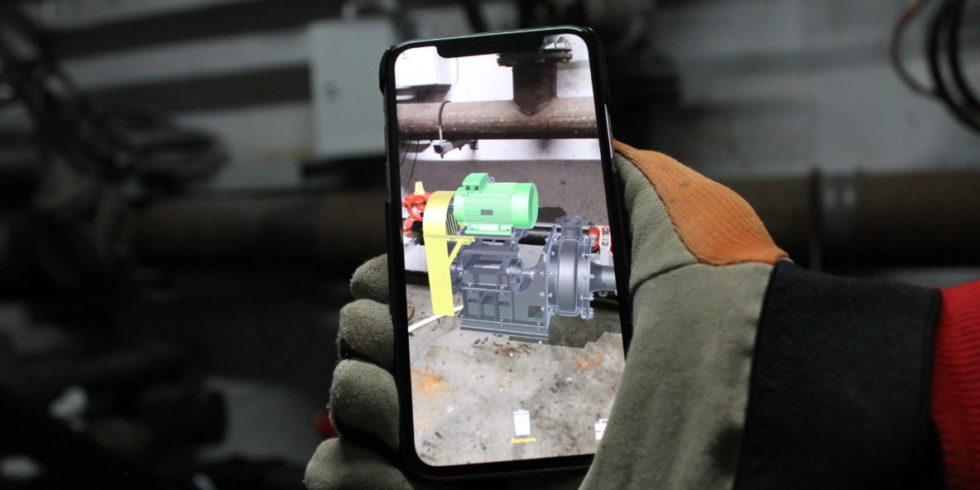 Smartphone zeigt bunt eingefärbte Stücke einer Pumpe