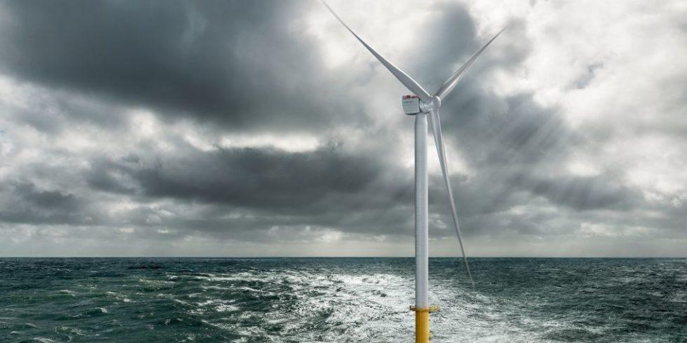 Windkraftanlage ragt bei aufkommendem Sturm aus dem Meer