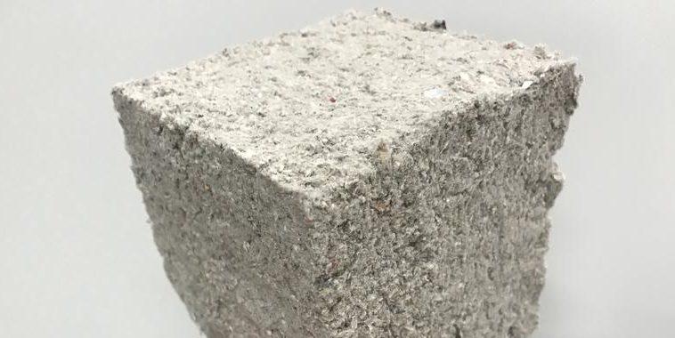 Man sieht einen Dämmstoffwürfel aus Altpapier