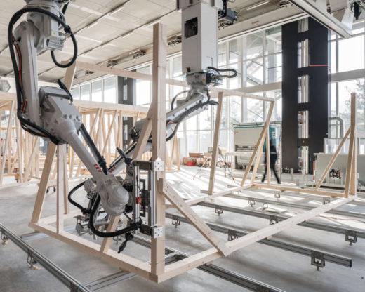 Roboter verarbeiten Holzbalken auf einer Baustelle