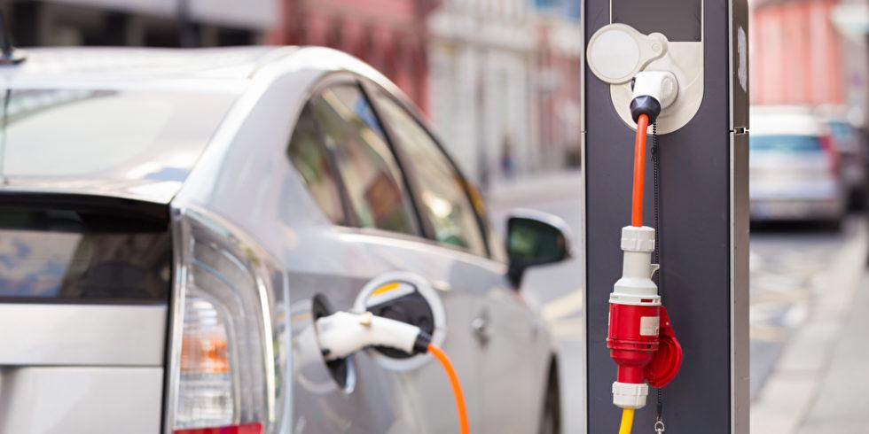 Elektroauto steht an einer Ladesäule. Symbolbild für Metall-Luft-Batterien
