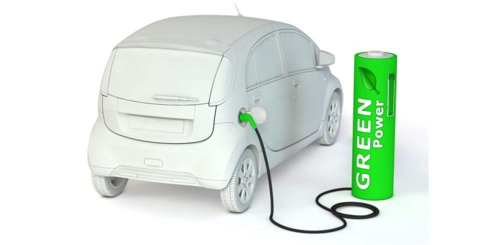 Synthetische Kraftstoffe werden verdeutlicht durch ein Auto, das an einer grünen Ladesäule getankt wird, auf der Green Energy steht