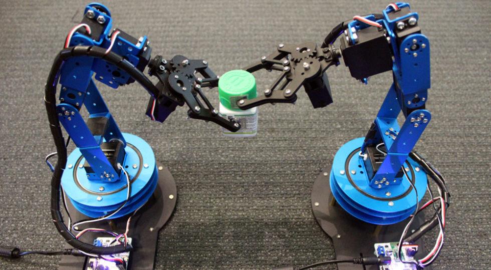 Ein Testlauf am MIT: Flasche und Deckel sind mit RFID-Tags versehen und können so von den Robotern lokalisiert werden – bei jeder Bewegung. Foto: MIT