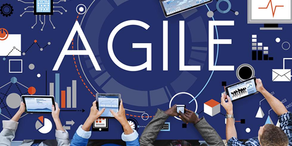 Agile steht auf dem Bild, das einen Tisch von oben mit Menschen daran zeigt