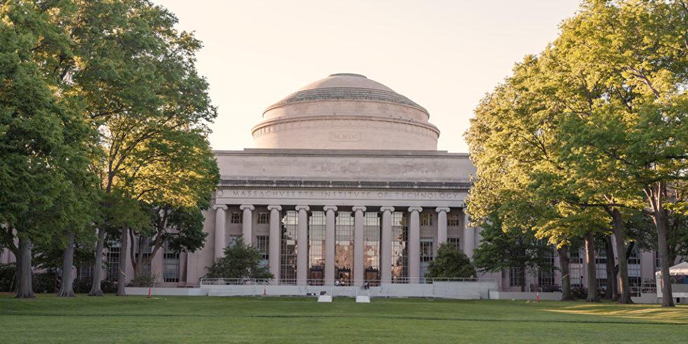 Blick auf ein Gebäude des Massachusetts Institute of Technology