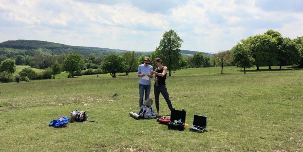 Zwei Männer von Anders VR mit Videoausrüstung auf einer Wiese