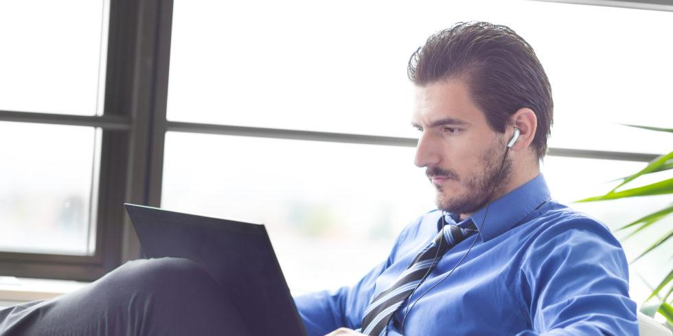 Business-Mann hört Podcasts