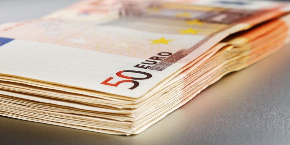 Geldbündel aus 50-Euro-Scheinen