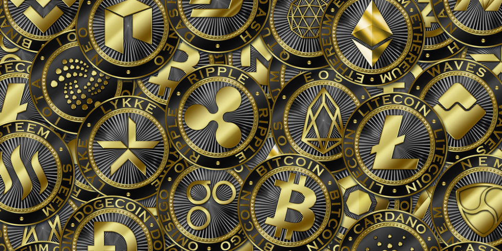 Kryptowährungen wie Bitcoin, Litecoin und Iota liegen als Münzen übereinander