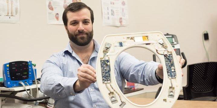 Foto des Forschers mit dem Toilettensitz