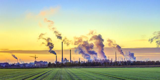 Industrietürme mit Rauch am Horizont
