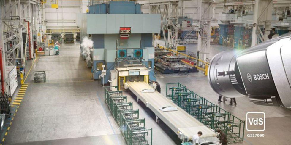 Kamera schaut in die Fabrikhalle, Symbolbild für Sicherheit dank IoT