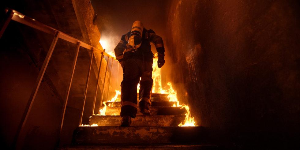 Feuerwehrmann rennte brennende Treppe hoch