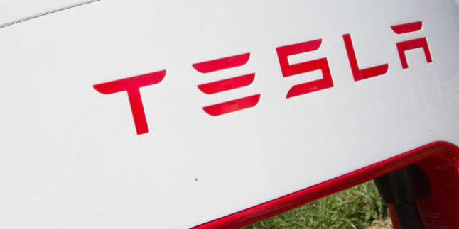 Logo auf einer Ladesäule von Tesla