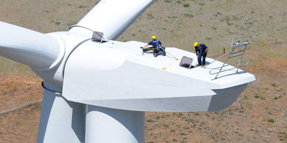 Servicearbeiten auf der Gondel einer Windenergieanlage.