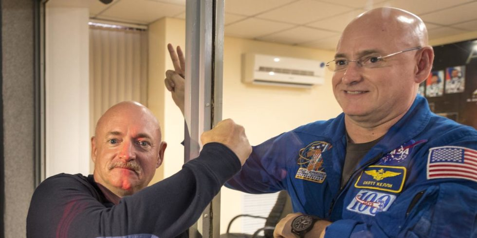 Der pensionierte NASA-Astronaut Mark Kelly (links) und sein Zwillingsbruder, der NASA-Astronaut Scott Kelly (rechts).  Foto: NASA/Bill Ingalls