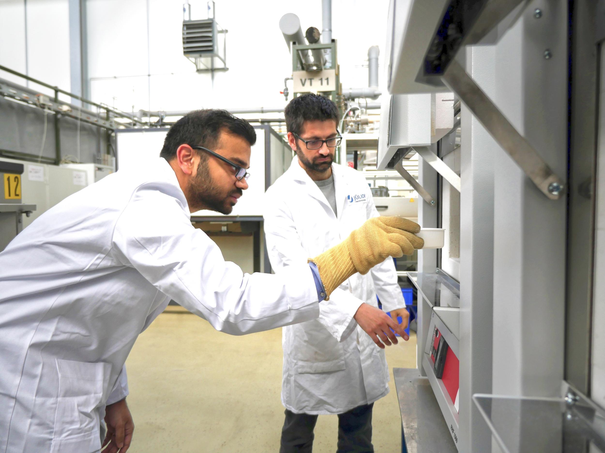Mit dem neuen Verfahren reicht nun schon ein normaler Ofen. Im Bild: Dr. Jesus Gonzalez-Julian (rechts) und Apurv Dash (links)<br />Foto: Forschungszentrum Jülich / Regine Panknin