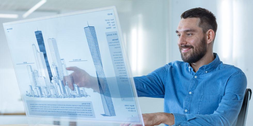 Mann zeigt auf virtuelles Hausmodell. Schmuckbild zum BIM-Lehrgang des VDI Wissensforums
