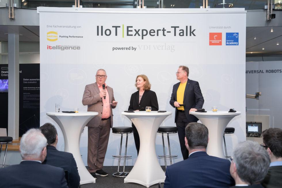 Silvia Dicke (itelligence AG), Detlef Sieverdingbeck (rechts; HARTING Technologiegruppe) und Ken Fouhy (links; VDI Verlag) eröffnen den IIoT Expert-Talk.