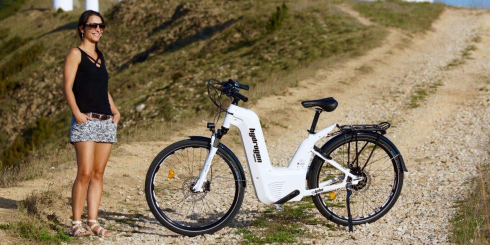 Frau neben dem Wasserstoff-Bike Alpha