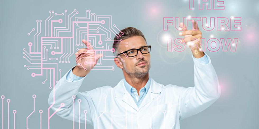 KI-Experte wird symbolisiert durch Mann im weißen Kittel, der auf Hologrammen neuronaler Netze zeigt
