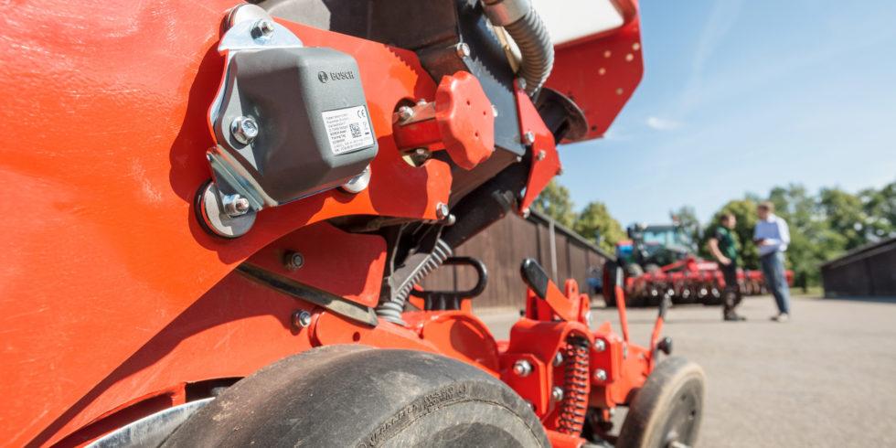 Sensortechnik außen an Land- oder Baumaschinen.