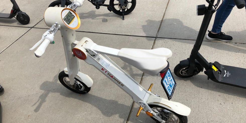 Futuristischer weißer E-Scooter auf der E-Cologne.