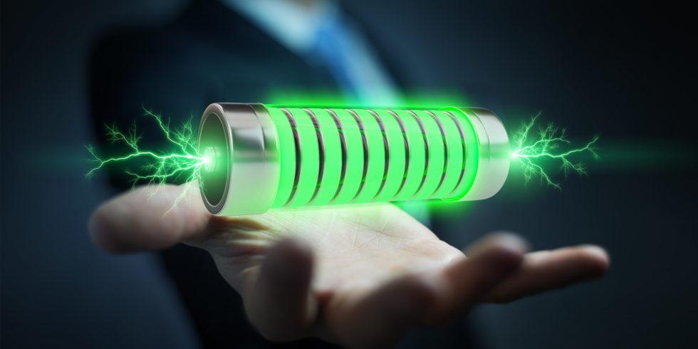 Batterie in der offenen Hand