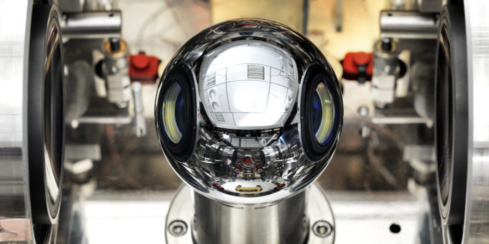 Das Kilogramm basiert nun auf einer Naturkonstante. Kugeln aus Silizium-Einkristall dienen dazu, die Einheit weiterzugeben, beispielsweise bei der Überprüfung von Waagen.  Foto: Physikalisch-Technische Bundesanstalt