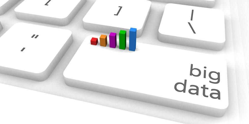 Big Data steht auf einer weißen Tastaturtaste, aus der Balken eines Diagramms hervorragen