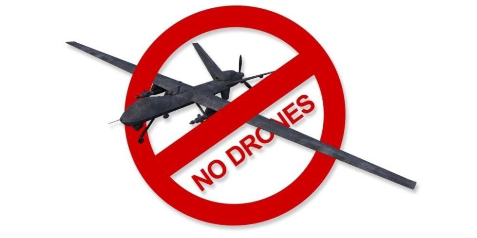 Drohnenabwehr: schwarze Drohne fliegt durch rotes Durchfahrt-verboten-Zeichen